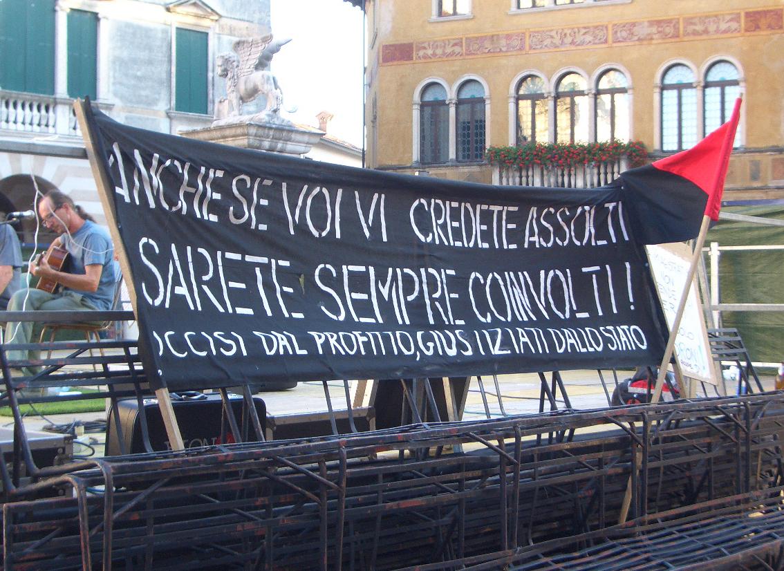 """Manifestazione contro la sentenza ex Tricom - 25 giugno 2011 - Bassano del Grappa - """"Anche se voi vi credete assolti sarete sempre coinvolti!"""""""