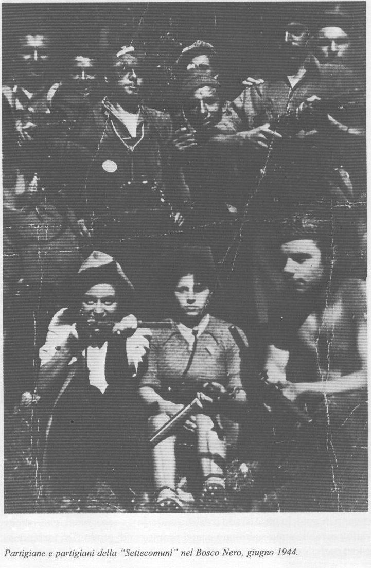 """Partigiane e partigiani della """"Settecomuni"""" nel bosco nero, giugno 1944"""